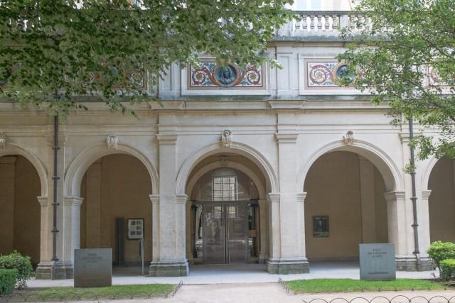 Palais Saint-Pierre. L'entrée du musée des Beaux-Arts. Jeu 21.05.2015, 11:19.
